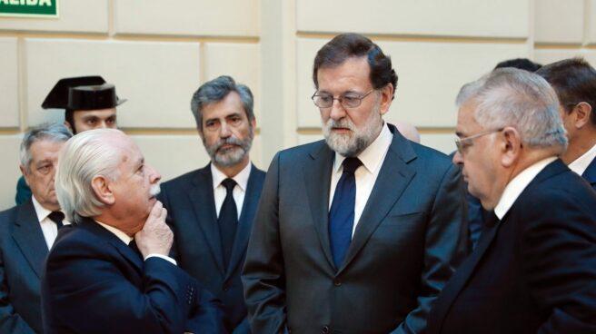 Mariano Rajoy conversa con el fiscal Luis Navajas y el presidente del Tribunal Constitucional Juan José González Rivas.
