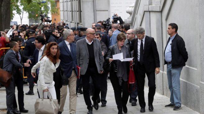 Los miembros de la Mesa del Parlament Anna Simó y Lluis Guinó, entre otros, llegan al Tribunal Supremo.