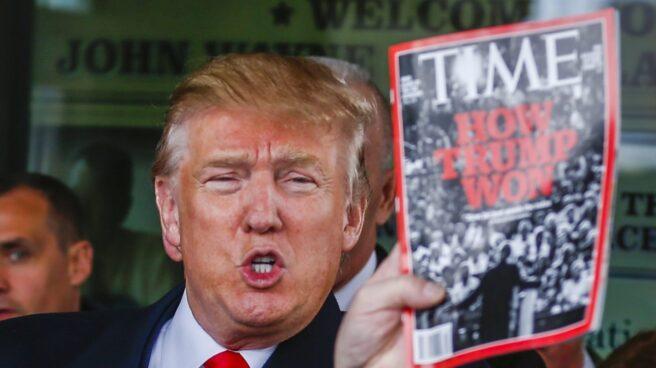 Donald Trump, en una imagen de archivo, con una portada de la revista Time.