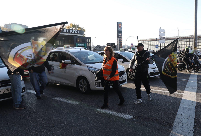 Huelga de taxis en Madrid: protestas en la estación de Atocha.