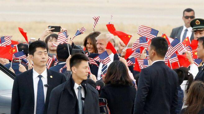 El presidente de EEUU, Donald Trump y su esposa saludan a su llegada a Pekín.