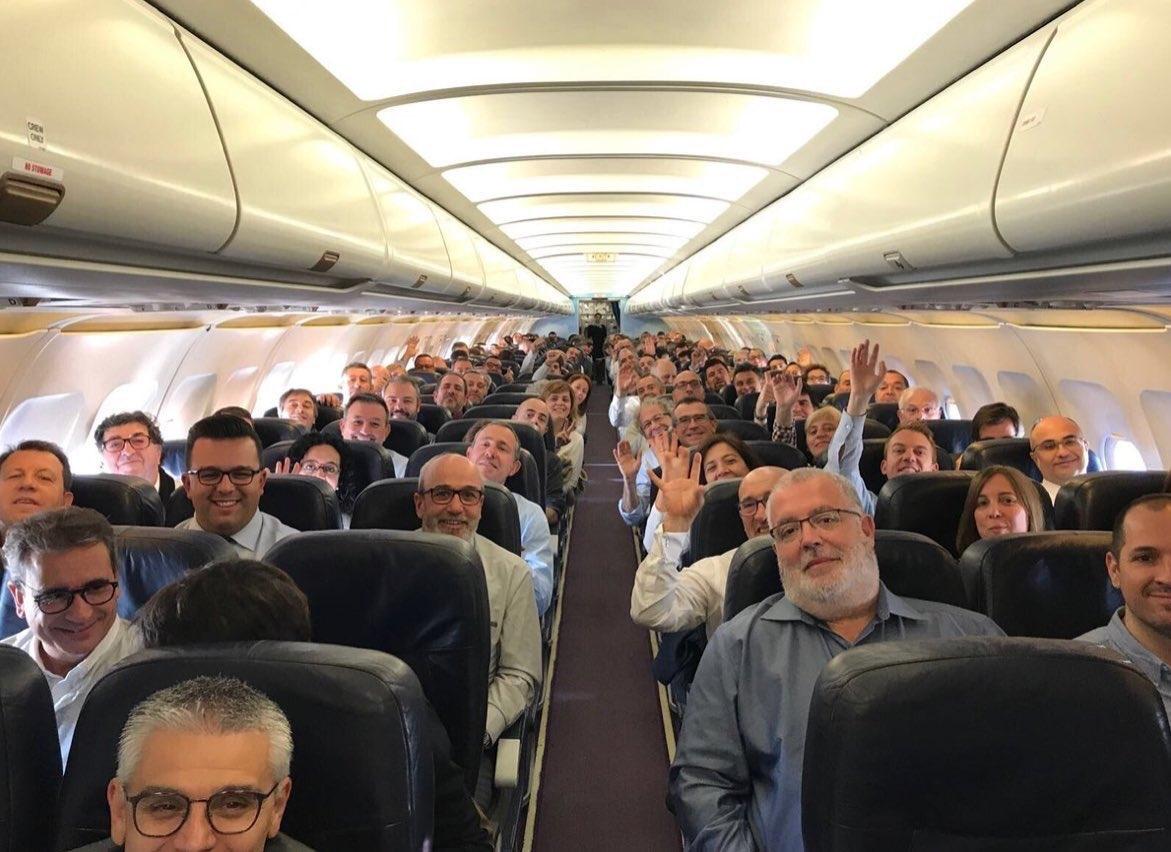 Alcaldes independentistas durante el vuelo a Bruselas para apoyar a Puigdemont.