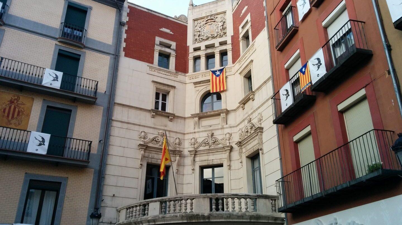 Fachada del Ayuntamiento de Berga (CUP), sin la bandera española y con la estelada independentista.