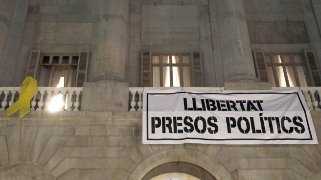 Pancarta desplegada en el Ayuntamiento de Barcelona tras anunciarse la prisión incondicional para los consellers.