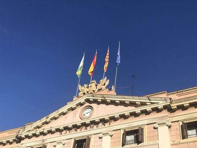 Banderas en la fachada del Ayuntamiento de Sabadell.