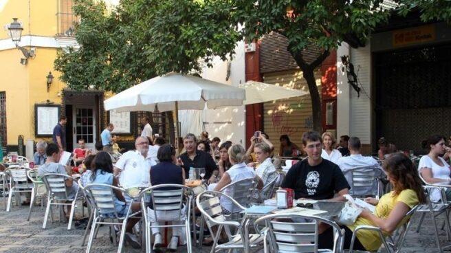 Españoles en la terraza de un bar de Madrid.
