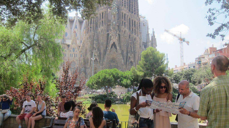 Turistas frente a la Sagrada Familia, en Barcelona.