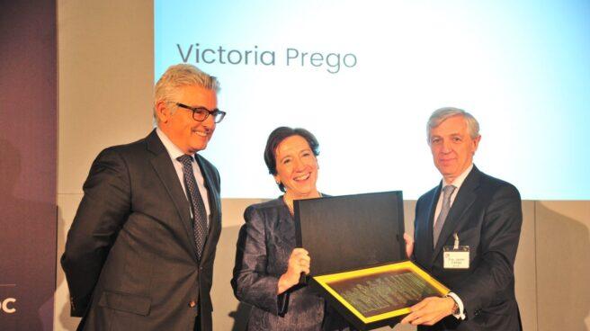 El presidente de AECOC, Javier Campo, entrega el Premio de Periodismo a Victoria Prego.