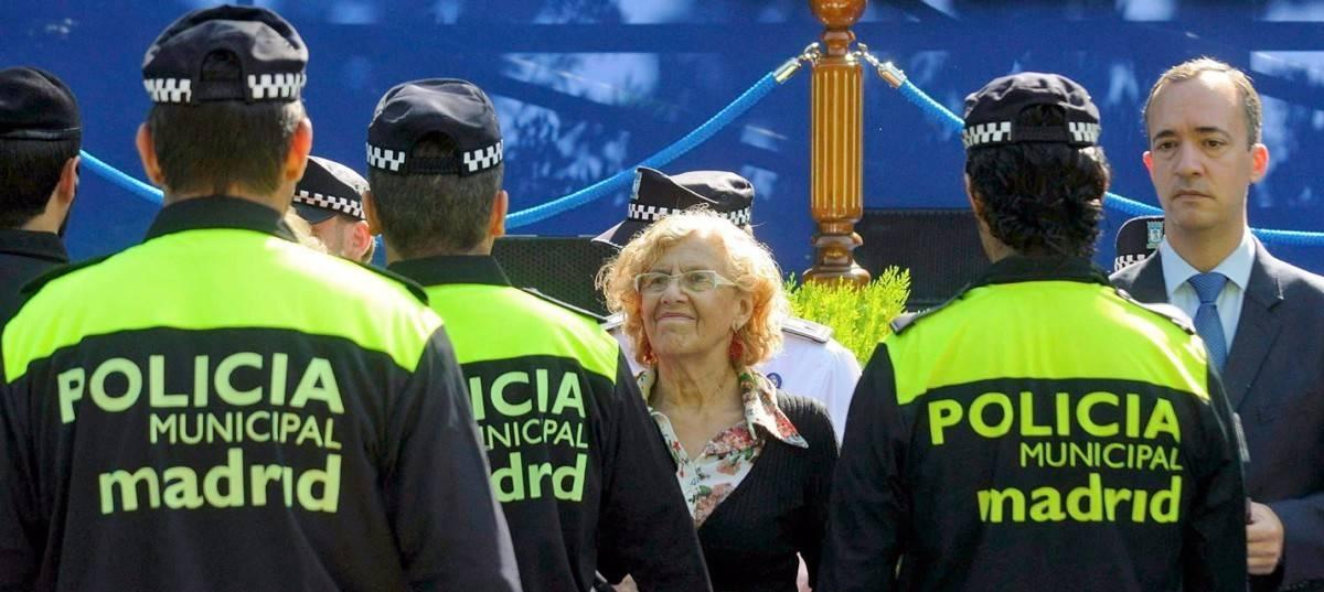 Manuela Carmena con la Policía Municipal durante un acto.