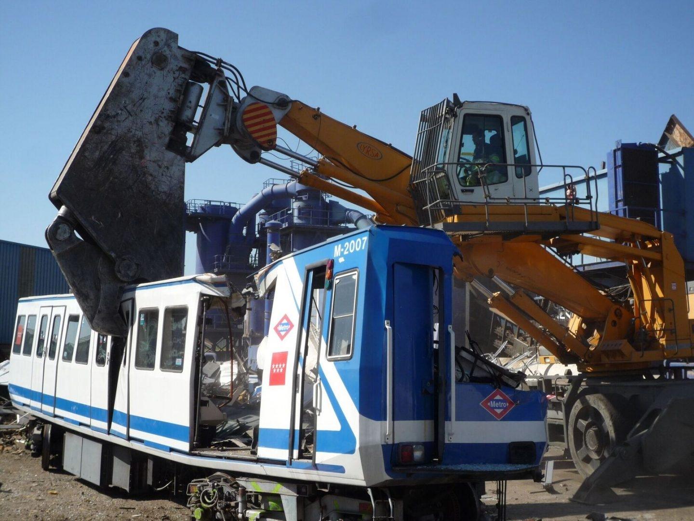 Fragmentación de un vagón de metro para su posterior reciclaje.