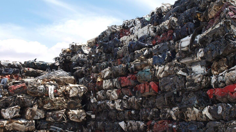 Una montaña de vehículos usados destinados a su reciclaje.