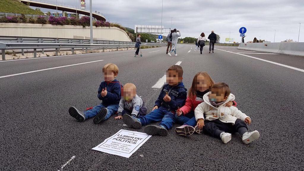 Cinco niños cortan una carretera durante la huelga del 8-N.