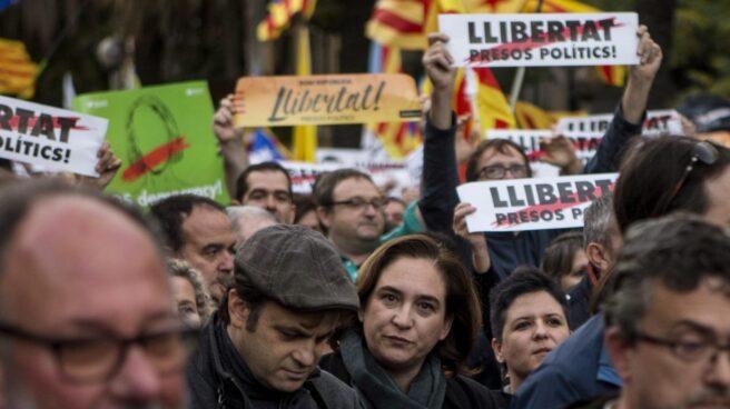 La alcaldesa de Barcelona Ada Colau durante su participación en la manifestación convocada por la ANC y Omnium en Barcelona.