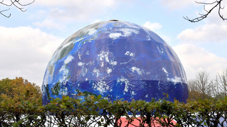 Vista de un globo gigante con forma de la Tierra sobre el lugar que acogerá la Cumbre del Clima, la COP 23, en Bonn .