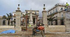 Varios trabajadores realizan labores de mantenimiento en La Habana (Cuba).