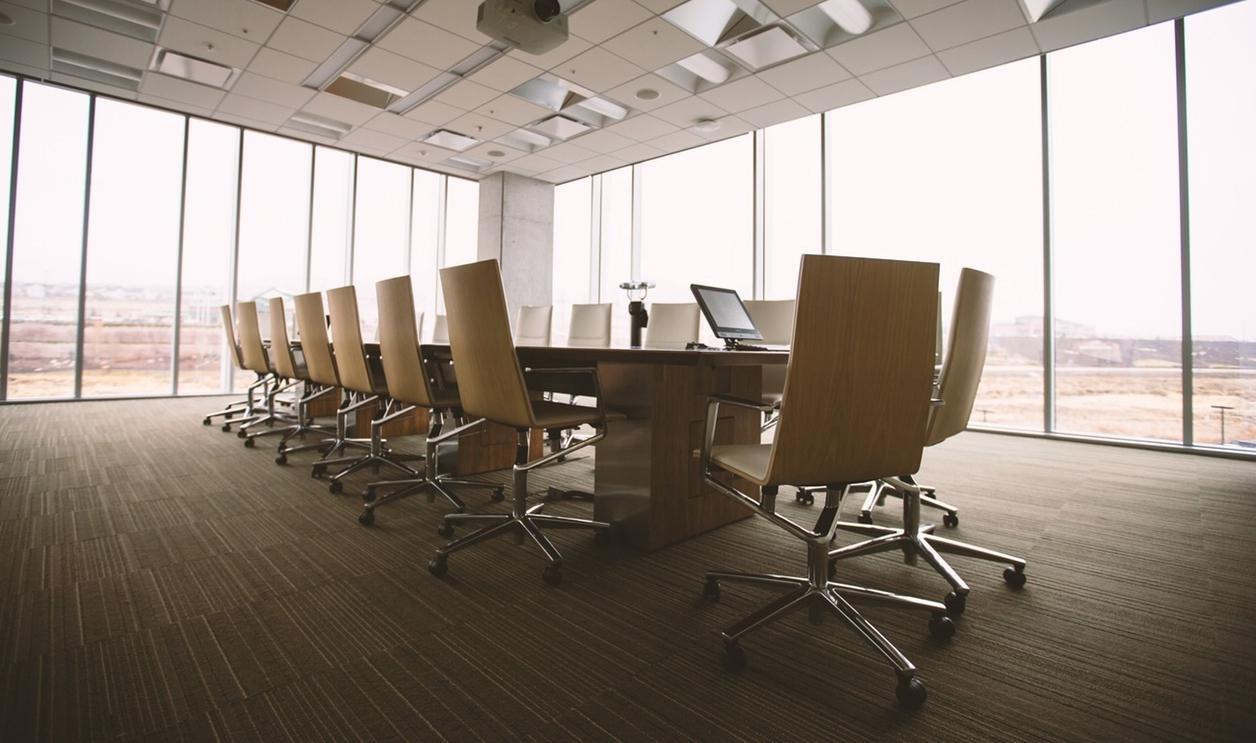 Interior de una sala de reuniones.
