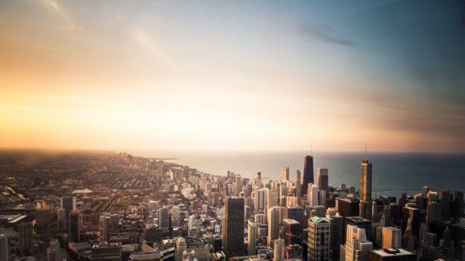 El amanecer y el atardecer siguen guiando la vida en las ciudades.