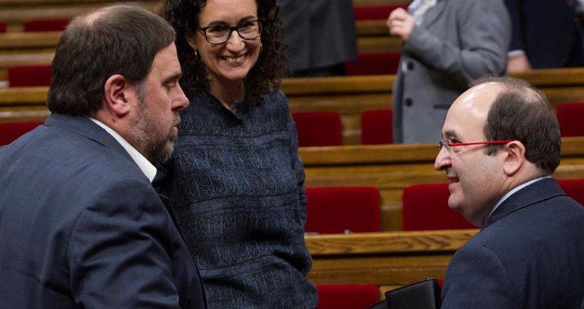 Iceta charla con Junqueras en presencia de Rovira durante una sesión en el Parlament