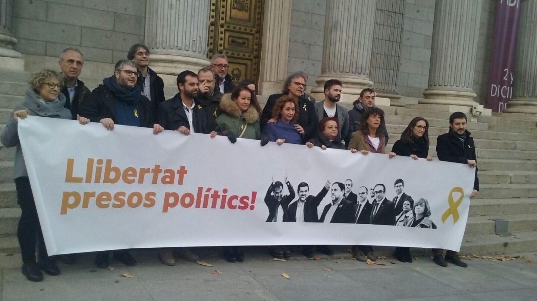 """Los diputados de ERC este miércoles en la puerta del Congreso de los Diputados. para pedir la libertad de los """"presos políticos"""""""