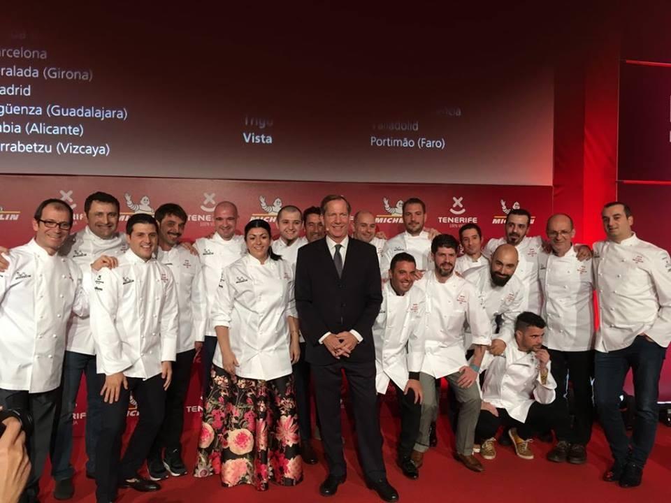 Michael Ellis, director internacional de la publicación, con algunos de los chefs con estrella.