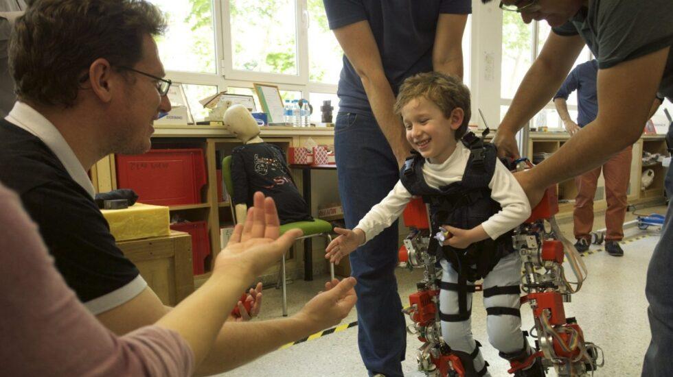 Un niño usa el exoesqueleto durante una terapia.