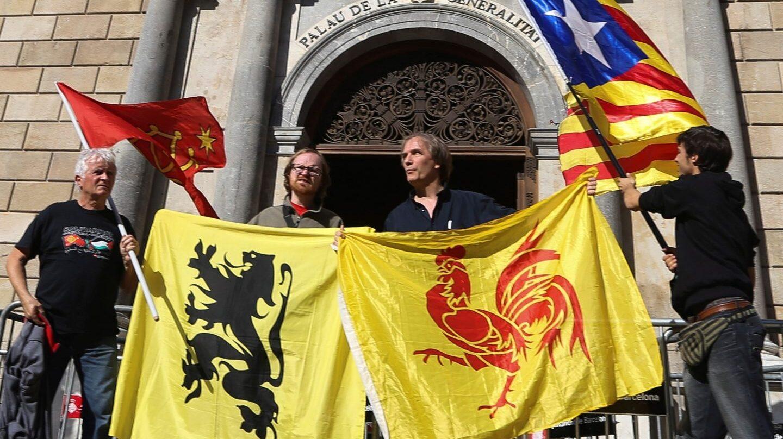 Banderas (de izda a dcha) de las regiones de Occitania, Flandes, Valonia y la estelada, frente al Palau de la Generalitat.