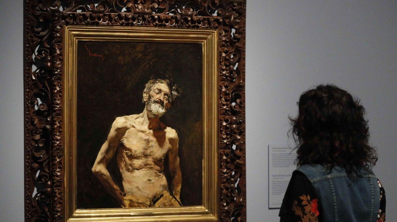 Un visitante a la exposición de Fortuny en el Prado.