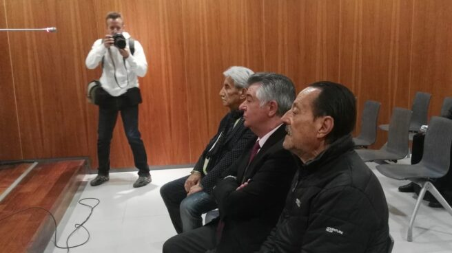 Roca (centro) y Muñoz (derecha), en el banquillo en la Audiencia de Málaga.