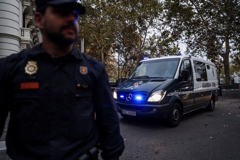 Un furgón de la Guardia Civil sale de la AN, tras conocerse la decisión de la juez de enviar a los ex 'consellers' a prisión.