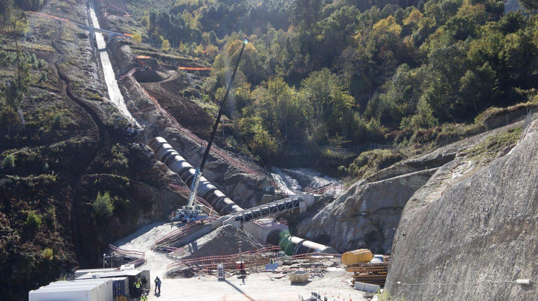 El canal de bombeo de la presa de Gouvâes en el Támega