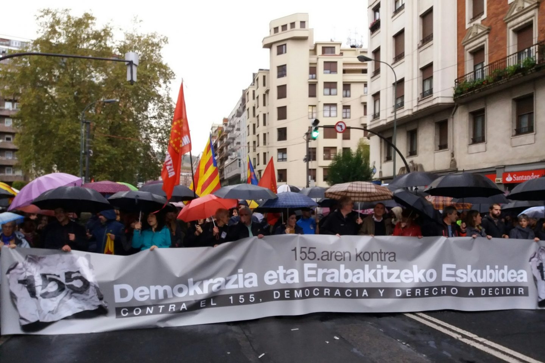 Cabecera de la manifestación contra el artículo155 celebrtada esta tarde en Bilbao.
