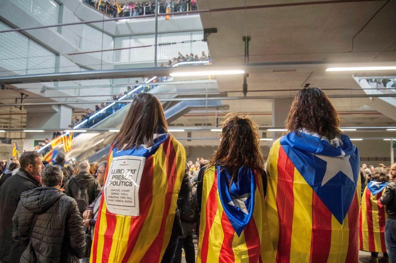 Ocupación de la estación de AVE de Girona durante la jornada de huelga general.