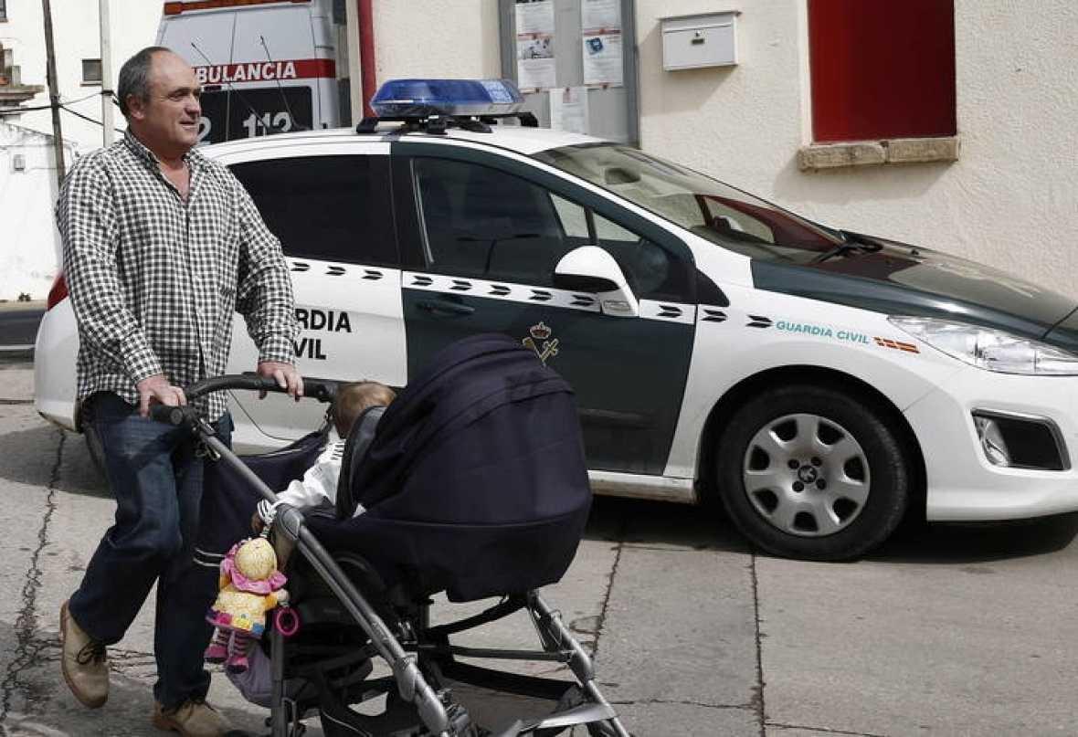 el etarra Valentin Lasarte pasea a su hijo durante un permiso.