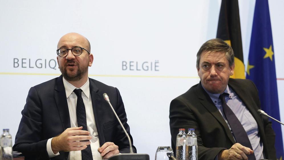 El viceprimer ministro belga Jan Jambon (d), junto al presidente Charles Michel (i).