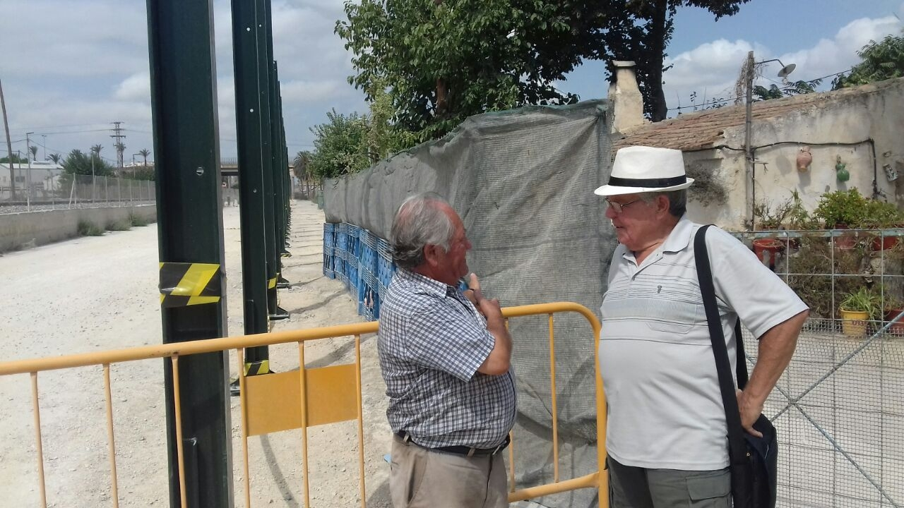 Joaquín Contreras (derecha), el maestro jubilado que está liderando las protestas vecinales a favor del soterramiento del AVE en Murcia.