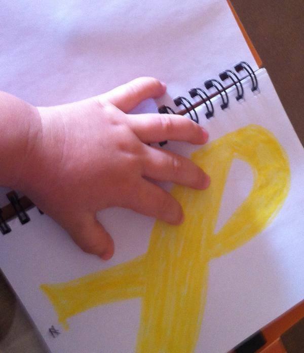 El lazo amarillo representa la espina bífida.