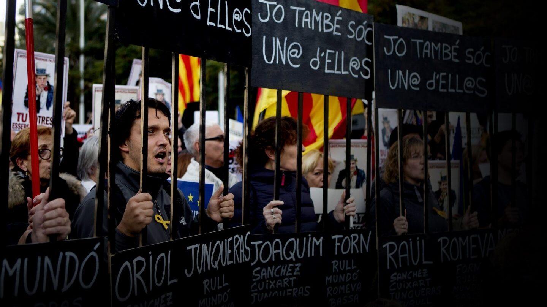 Un momento de la manifestación convocada para exigir la libertad de Jordi Sánchez, Jordi Cuixart y los miembros del Govern.