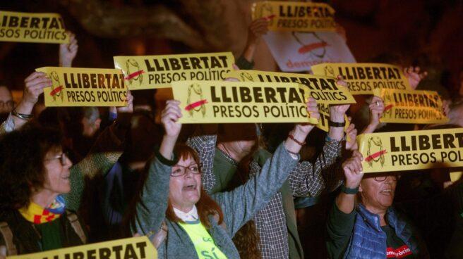 Manifestación frente al Parlament para pedir la libertad de los ex consellers encarcelados.