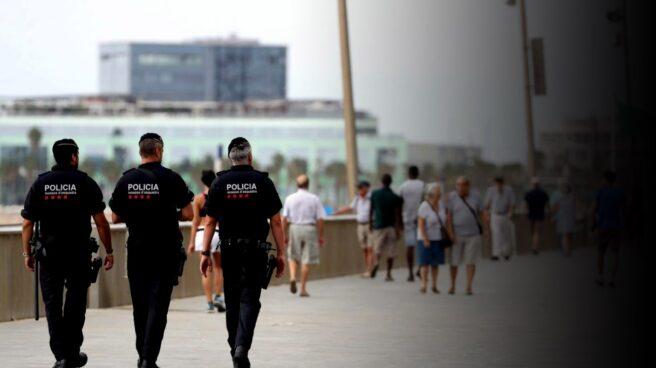 Agentes de los Mossos d'Esquadra patrullan por el paseo marítimo de Barcelona.