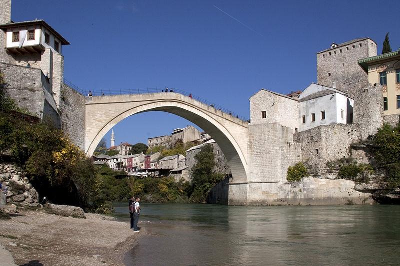 El puente de Mostar, rehabilitado en el año 2004, es actualmente un importante atractivo turístico.