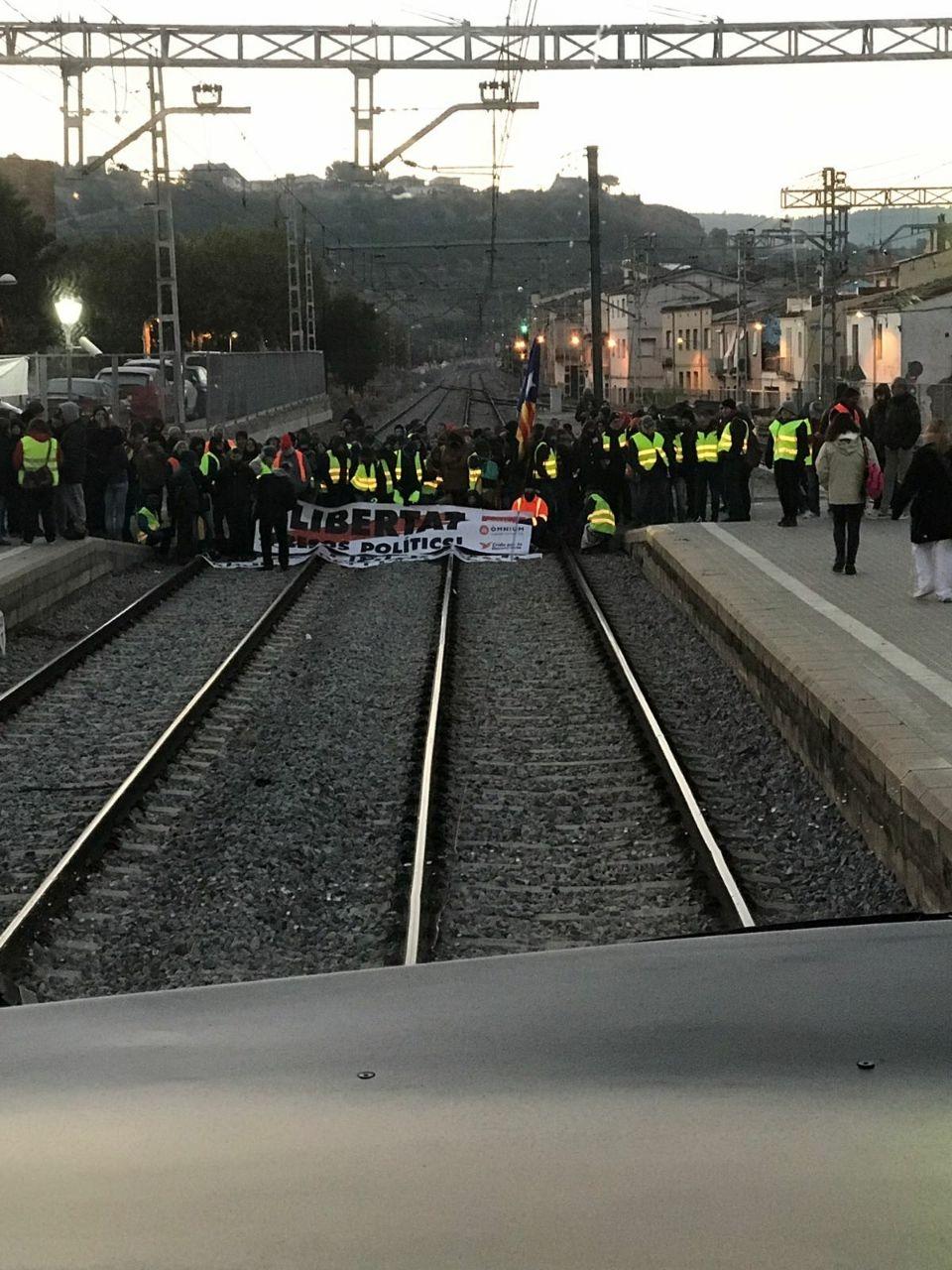 Una vía cortada al paso por una localidad durante la huelga del 8-N en Cataluña.
