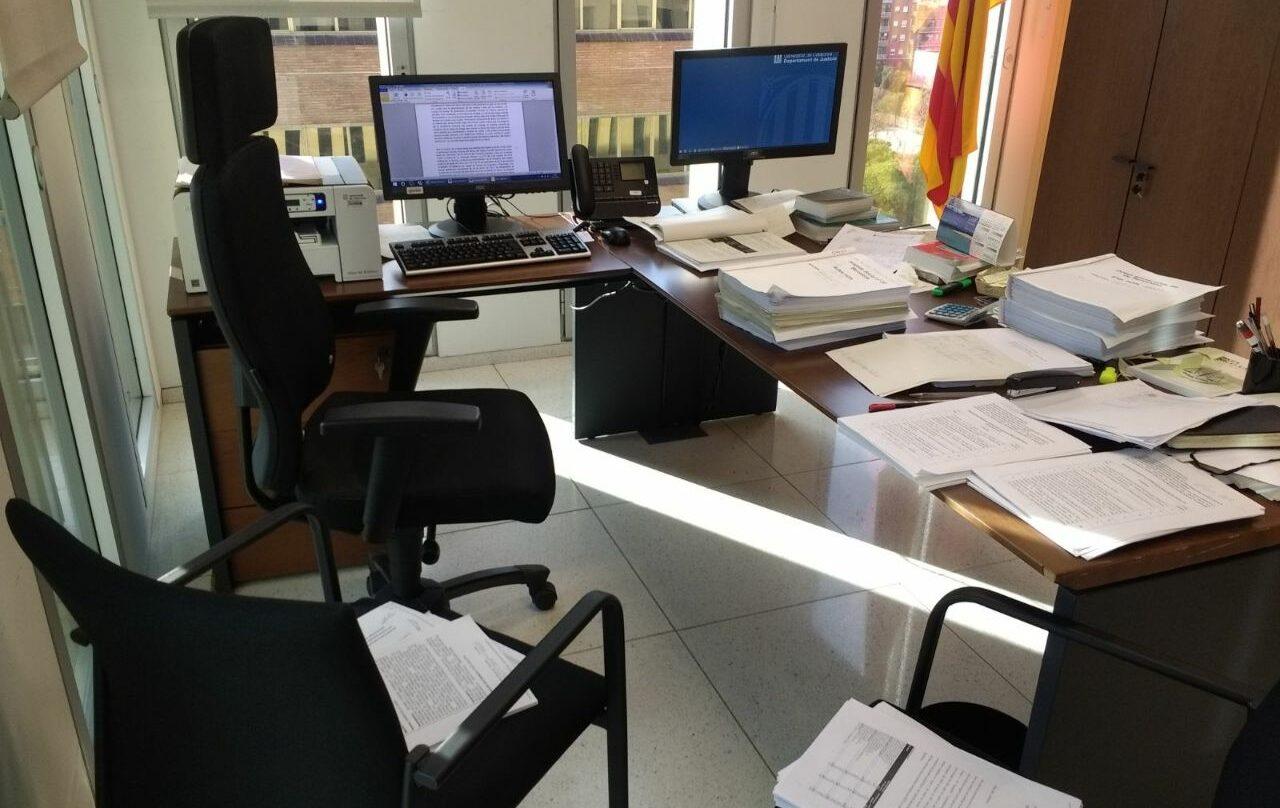 Una mesa de un juzgado de Cataluña atestada de documentos, esta semana.