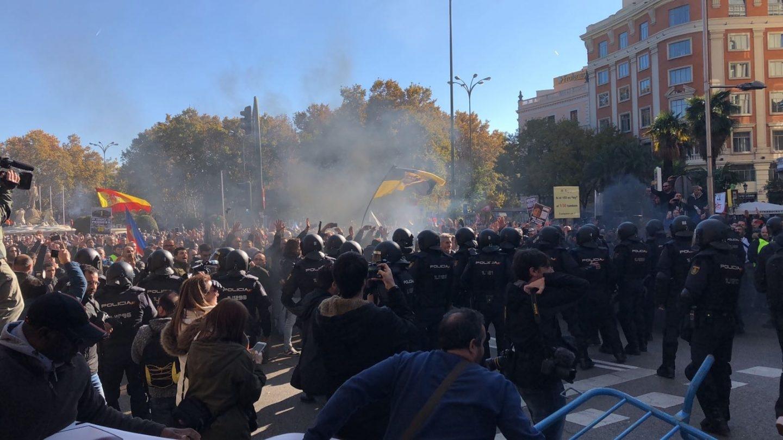 Disturbios entre la policía y los taxistas en el centro de Madrid.