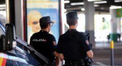 Dos miembros de la Policía Nacional.