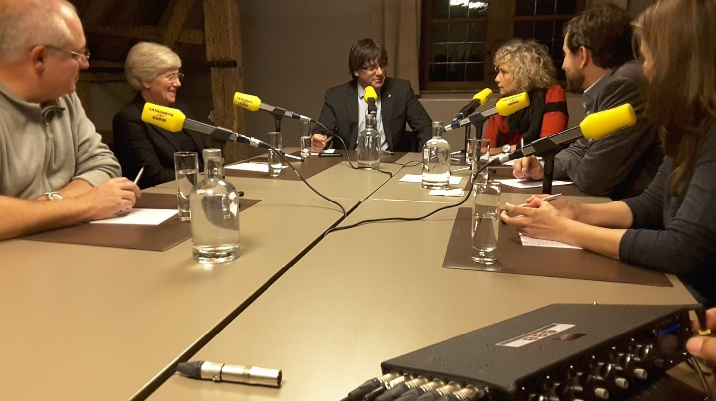 Carles Puigdemont, junto a los ex consellers exiliados, durante una entrevista en Catalunya Radio.