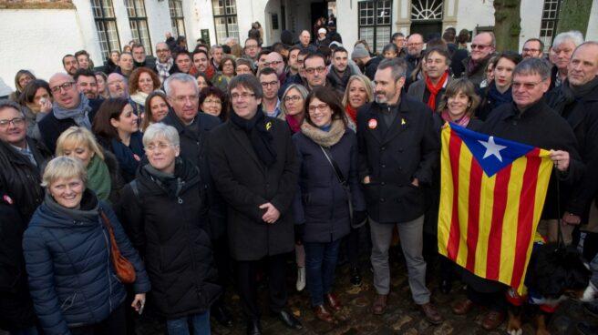 El ex president Carles Puigdemont y candidatos de la lista Junts per Catalunya recorren en el centro histórico de Brujas.