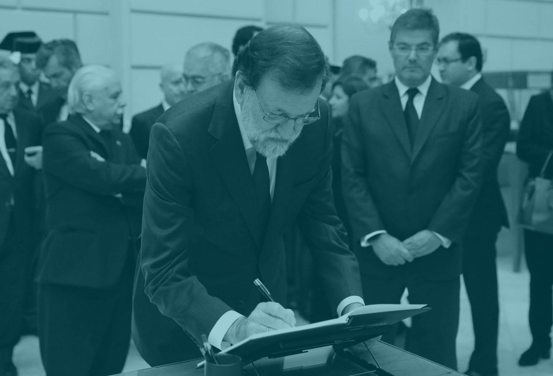 Mariano Rajoy firma el libro de condolencias en la capilla ardiente del Fiscal General del Estado, José Manuel Maza.