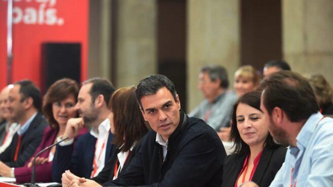 El secretario general del PSOE, Pedro Sánchez, y la presidenta, Cristina Narbona, junto a otros líderes socialistas, durante la reunión del Comité Federal