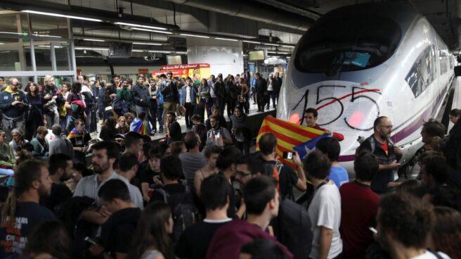 Piquete independentista en la estación de AVE de Barcelona Sants.