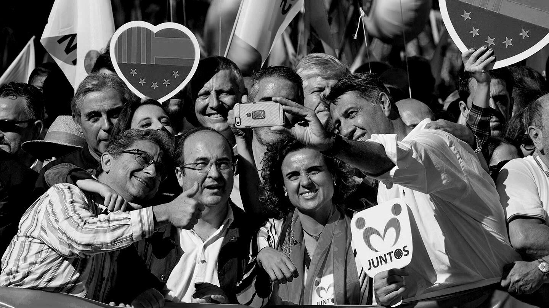 """El delegado del Gobierno en Cataluña, Enric Millo (i); el primer secretario del PSC, Miquel Iceta (2i); la ministra de Sanidad, Dolors Montserrat (2d), y el líder del PPC, Xavier García Albiol (d), se fotografían en la cabecera de la manifestación convocada por la entidad Societat Civil Catalana en el centro de Barcelona bajo el lema """"Todos somos Cataluña""""."""